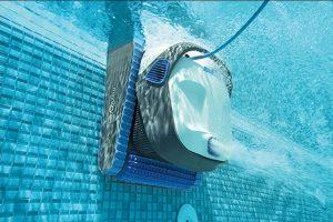Robot limpiafondos limpiando piscina
