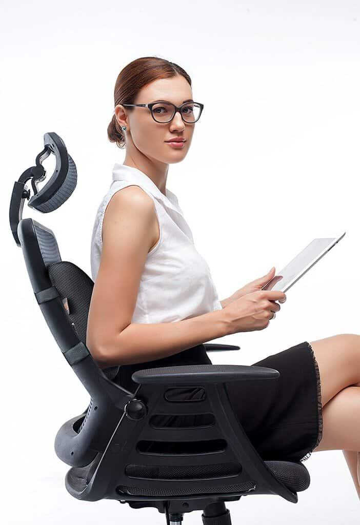 chica-sentada-en-silla-de-oficina-con-cojin-lumbar