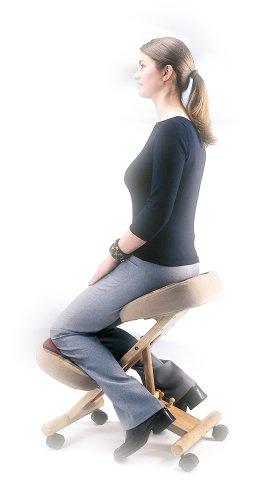 chica-sentada-en-silla-de-rodillas-sin-repaldo