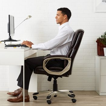 chico-contento-en-su-silla-ergonomica