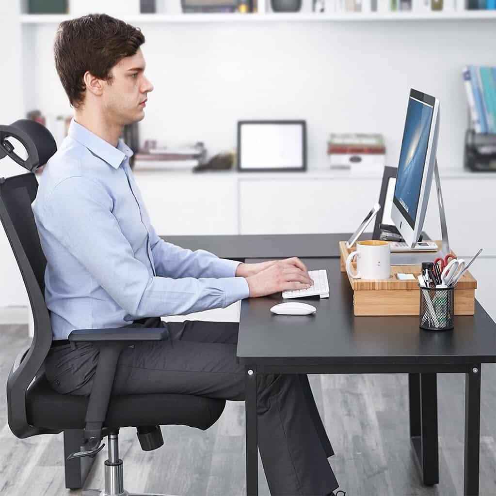 chico-sentado-muchas-horas-en-la-oficina-trabajando