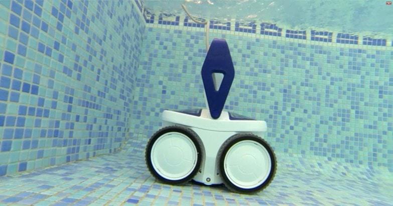 robot limpiafondos en acción para el mantenimiento de una piscina